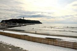 湘南江ノ島片瀬西浜からの雪景色