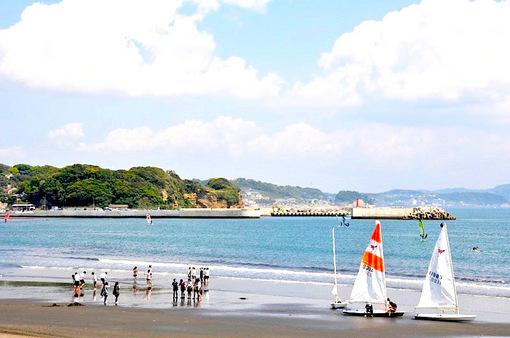 片瀬海岸東浜から眺めた鎌倉市腰越漁港