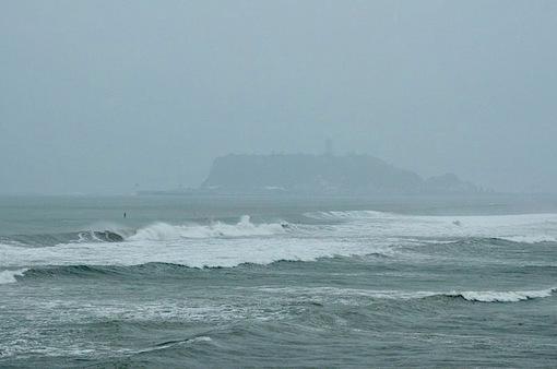 七里ガ浜から台風で波が高い海とサーフィン