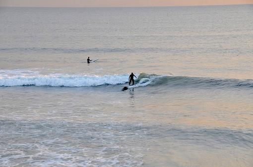 七里ガ浜の夕日とサーファー