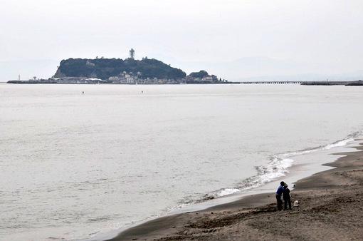 鎌倉七里ガ浜から江ノ島バックの親子