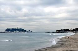 七里ガ浜から見た江ノ島と海