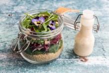 lunch in a Jar, Quinoasalat mit Feldsalat, Radicchio, Rucola, Croutons, Ziegenkäse, Hornveilchen, Dressing, Holzgabel