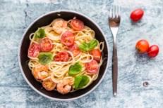 spaghetti mit Garnelen, Tomaten und Basilikum, Studio