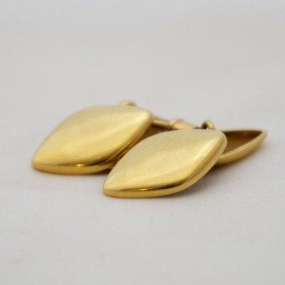 Goldene Manschettenknöpfe in Rautenform