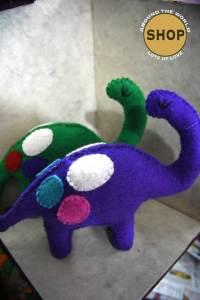 Handgemaakt vilt Brontosaurus. Speelgoed, dieren.