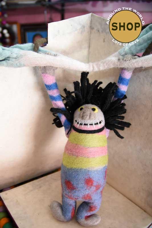 Handgemaakt vilt monster pop. Speelgoed, dieren.