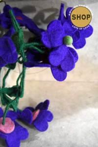 Handgemaakt vilt liaan Paarse bloemen 5336. Decoratie, bloemen.