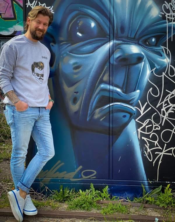 Jan Willem met grijze trui