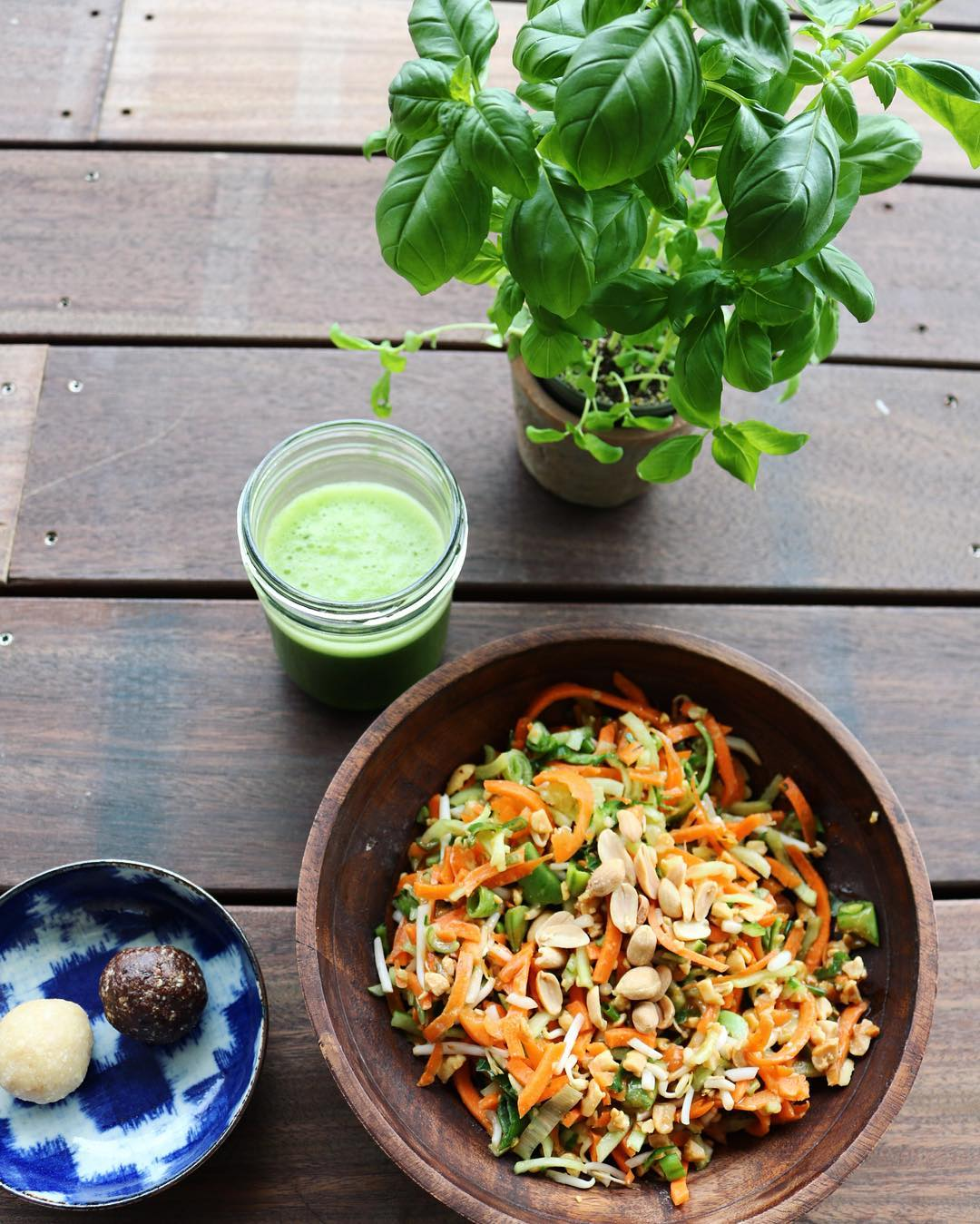 VEGAN + RAW PAD THAI AND GREEN JUICE ???????? #raw #vegan #whatveganseat #caroherentals #multibrand #fashionstore