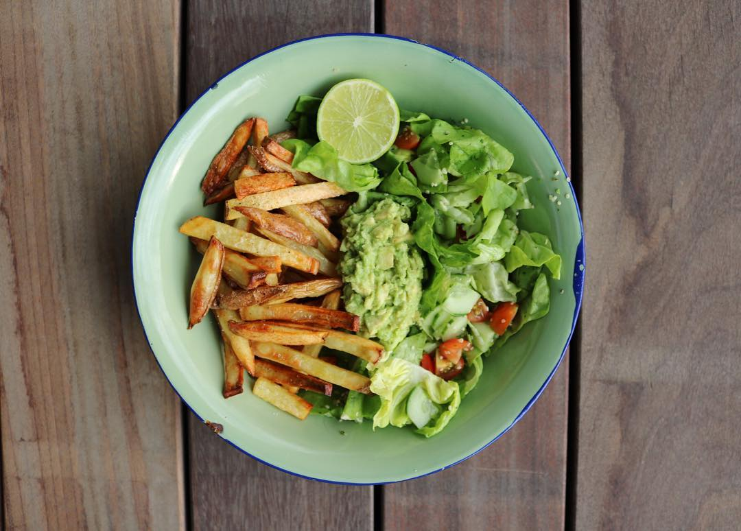 VEGAN FOOD = GOOD 🌱🌱🌱🌱🌱 HOME MADE OVEN BAKED FRIES AND FRESH GREENSSSS 💦💦💦💦 FOR THE PLANET, MY HEALTH AND THE ANIMALS ✌🏾️✌🏾✌🏾 #ovenbaked #frenchfries #greensalad #guacamole #buddhabowl #carostyle #vegan #whatveganseat