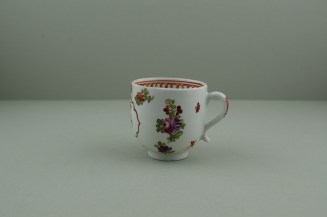 Lowestoft Porcelain Curtis Dark purple Flowers within a Border Pattern Coffee cup, C1775-85. 7