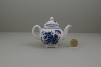 Lowestoft Porcelain Three Flowers Pattern Toy Teapot and Cover, C1770-85 (5)