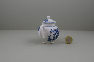 Lowestoft Porcelain Three Flowers Pattern Toy Teapot and Cover, C1770-85 (6)