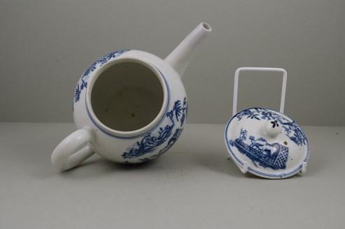 Lowestoft Porcelain Dromedaries on a Raft Pattern Teapot and cover C1780 (7)