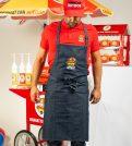 Pour la préparation de vos Hot Dogs sans vous salir ! Découvrez notre tablier Manhattan Hot Dog Brodé bleu jean's ! Il sera parfait pour la préparation et la cuisson de vos HotDogs et fera aussi forte impression sur vos invités !