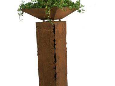 Ornamentsäule eckig mit Rissen, Rost , Gartendekoration