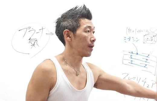 中島正明先生がホワイトボードの前で講義している