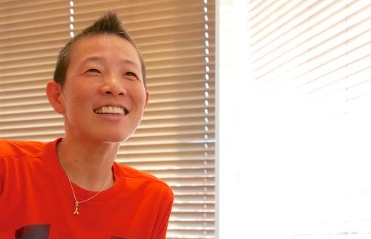 高尾先生が笑顔で話を聞いている