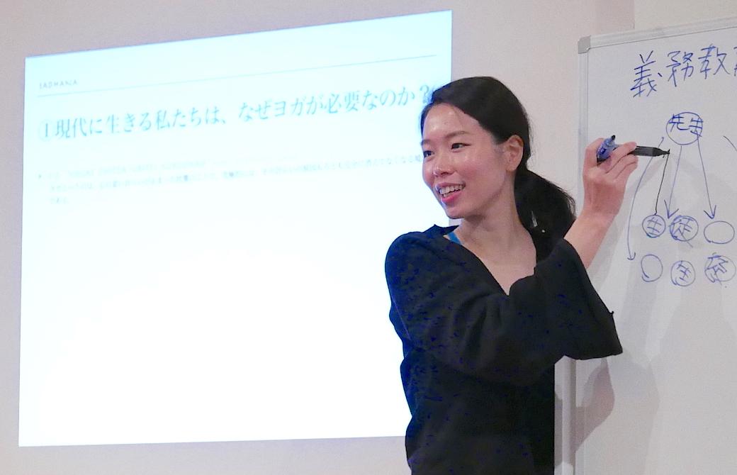 佐久間涼子先生がホワイトボードを使って講義をしている