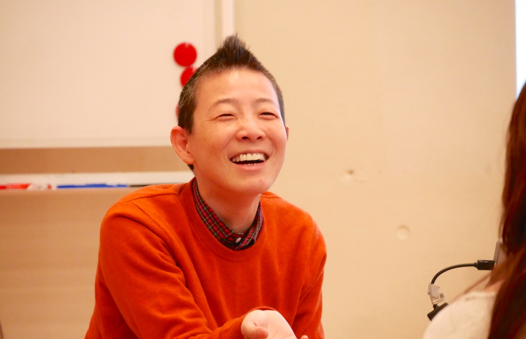 高尾先生が満面の笑顔で話をしている