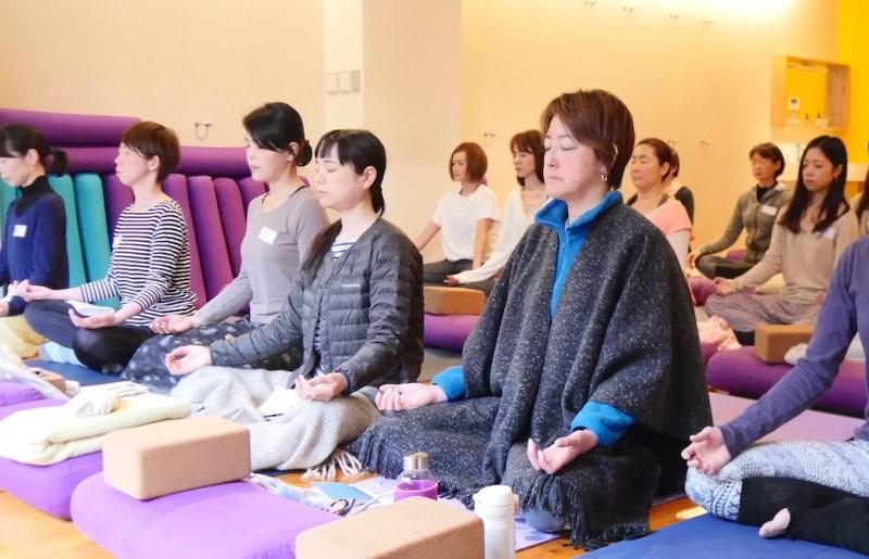 瞑想している生徒さんたち