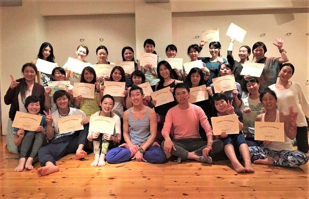 ヨガジェネレーション主催RYT200ヨガ指導者養成講座12期卒業時の集合写真