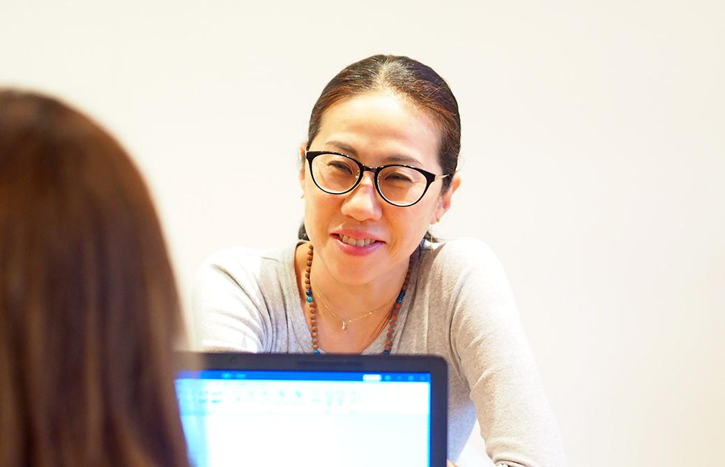 ヨガジェネレーションスタッフにインタビューしてもらっている出口眞喜子先生