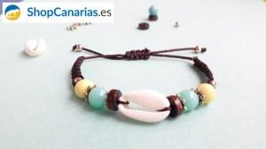 Pulsera Macramé Shopcanarias.es con concha y colores de la bandera Canaria