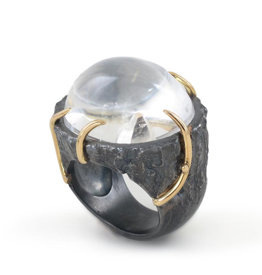 Création de Laurence et Philippe Ratinaud, bague Ecorce Quartz, en argent oxydé, or jaune et cristal de roche. Prix : 1195 €