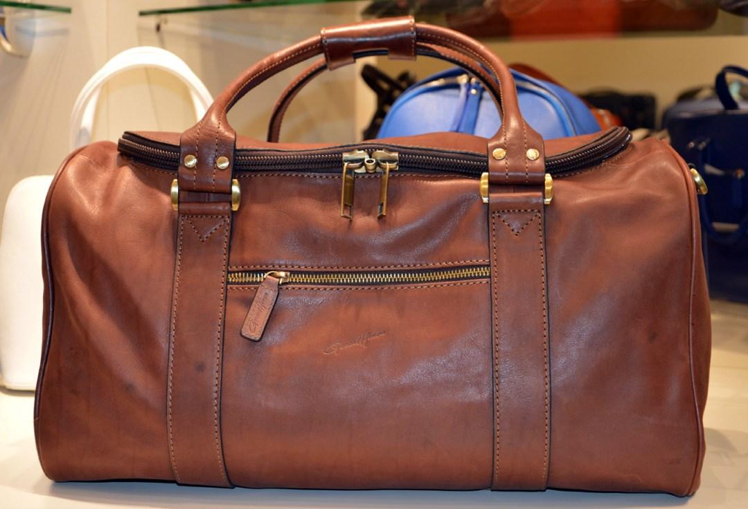 Avis au gentleman-driver, ce sac de voyage en cuir gras (ligne Arizona) de vachette pleine fleur prendra place dans le coffre de votre Jaguar ou Alfa Romeo. Prix : 225 €