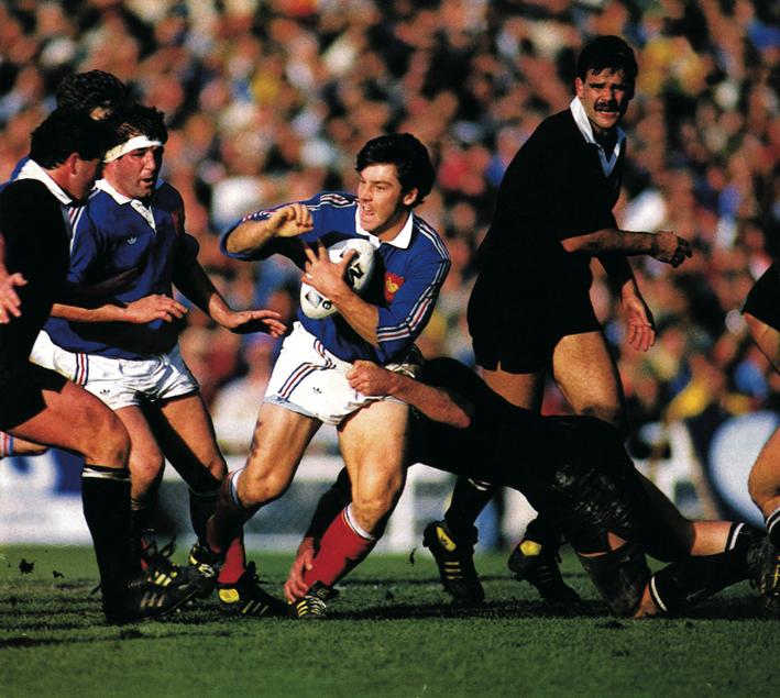 Franck Mesnel en pleine action de jeu pendant la finale de la Coupe du Monde 1987 contre les All Blacks