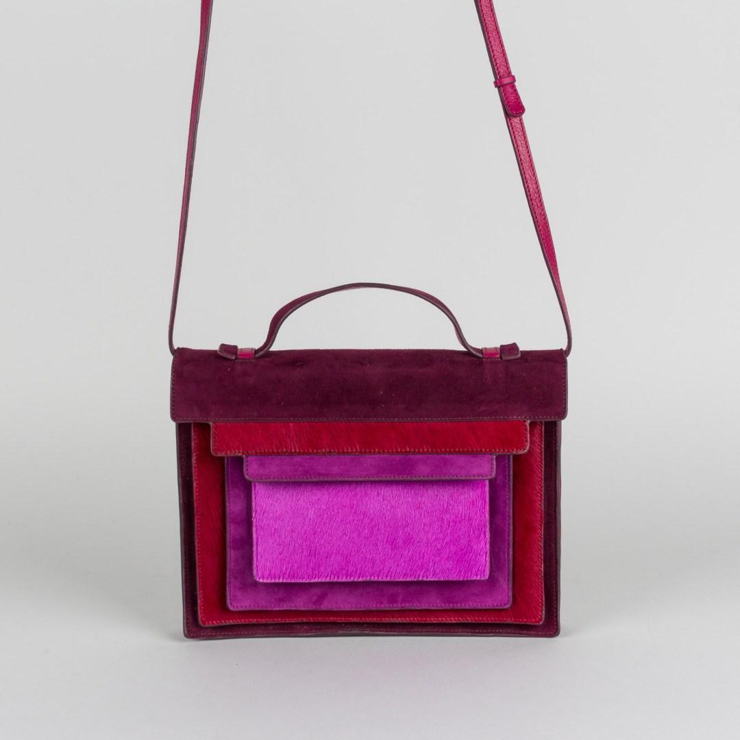 JAMIN PUECH PARIS, coup de cœur pour ce petit sac (modèle Bauhaus) en cuir de poulain à porter en bandoulière. Jeu de carrés de différentes tailles et couleurs inspirés du travail de l'artiste Josef Albers. Plusieus compartiments étirables en accordéon. Taille : 24x18. Prix : 325 €