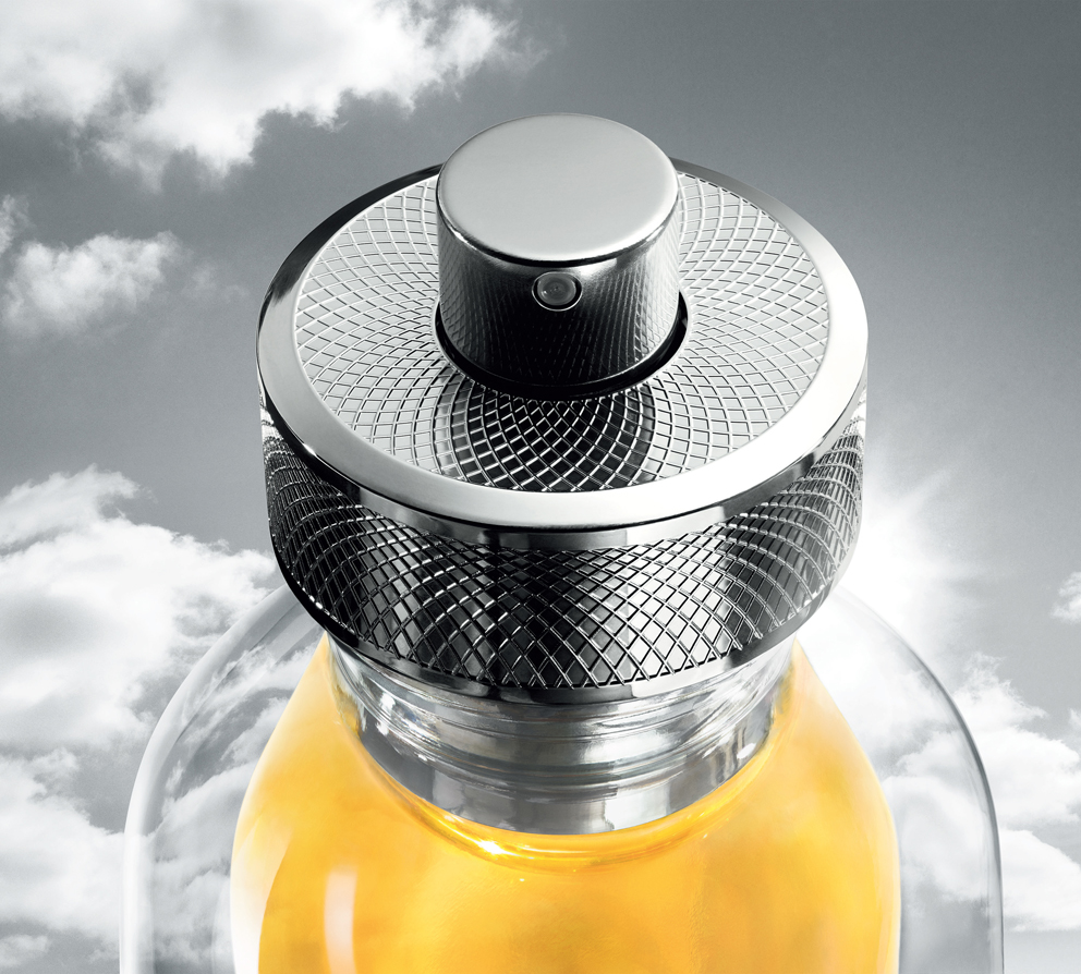 Ultradesign, ce flacon s'inscrit dans la grande tradition stylistique de Cartier : celle du guillochage dont le bouchon du flacon reprend le motif.