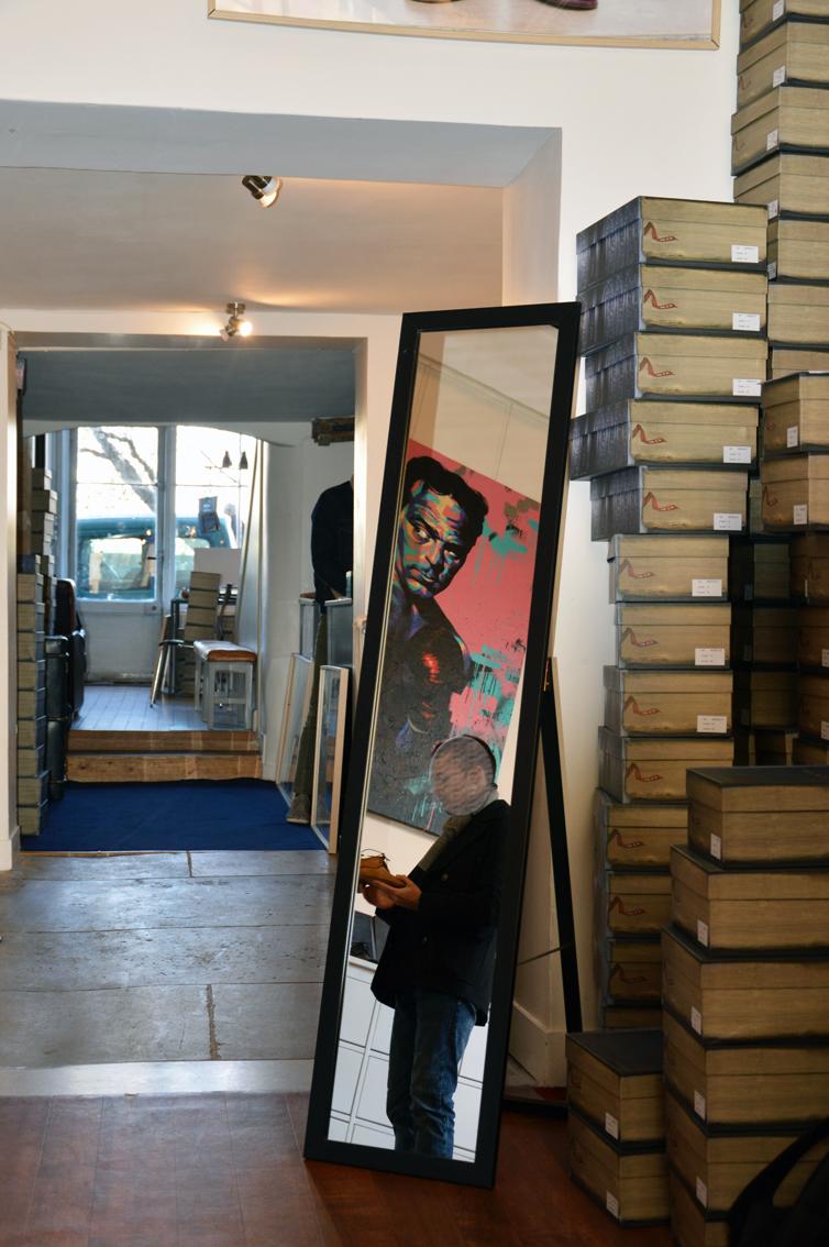 Chez Paire & Fils, les boîtes s'entassent à la manière d'un marchand de livres anciens. Une atmosphère qui se combine parfaitement avec l'esprit de la place.