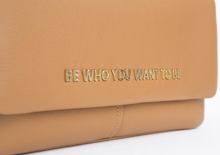 Soyez ce que vous voulez être ! Compris… Sans problème avec ce sac porté épaule avec sa double chaînette or ajustable de la maison Mayshad. Déclinés dans un riche éventail de couleurs.