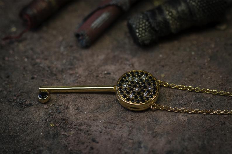 Le collier Gringoire en or jaune et diamants noirs au prix de 1 400 €.