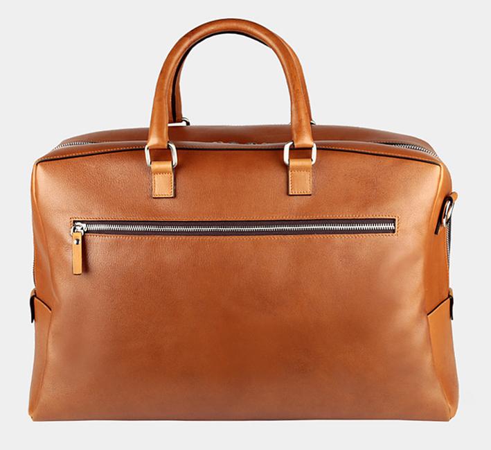 Compact, délicieusement vintage, ce sac de voyage est adapté au transport cabine. Idéal pour un week-end prolongé… 3 coloris. 375 €