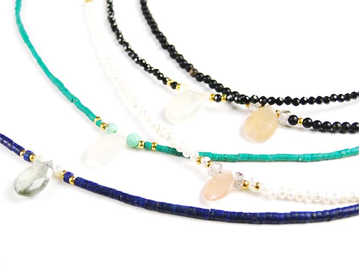 Gilbert Gilbert, les bracelets de la collection Louise-Rolling Stones se marient les uns et autres et s'accumulent au gré des humeurs ou des envies. Composés de pierres semi-précieuses avec une pierre taillée et montée sur un fil d'or. 100 €