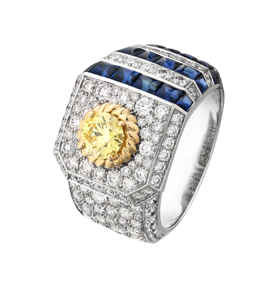 Collection Chanel Flying Cloud « Summer Cruise », bague en or blanc et jaune 18 carats, diamants jaunes, blancs et saphirs.  Ting in 18K white and yellow gold set with a Fancy Intense Yellow round-cut diamond of 0,51 carat, 18 blue sapphires and 131 brilliant-cut diamonds. © CHANEL Fine Jewelry