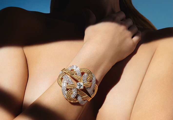 Collection Chanel Flying Cloud « Golden Braid » bracelet en or 18 carats avec un diamant coussin de 4,22 carats sertis de 273 diamants. Bracelet in 18K yellow gold set with a cushion-cut diamond of 4,22 carats and 273 brilliant-cut diamonds. © CHANEL Fine Jewelry