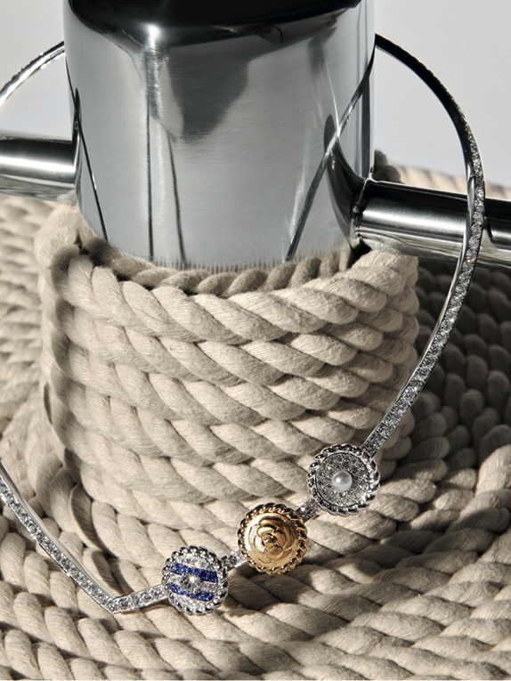 Collection Chanel Flying Cloud « Sailor Suit », collier en or blanc et jaune, diamants, perles et saphirs. Necklace in 18K white and yellow gold set with a round-cut diamond, 12 blue sapphires, 1 cultured pearl and 182 brilliant-cut diamonds. © CHANEL Fine Jewelry