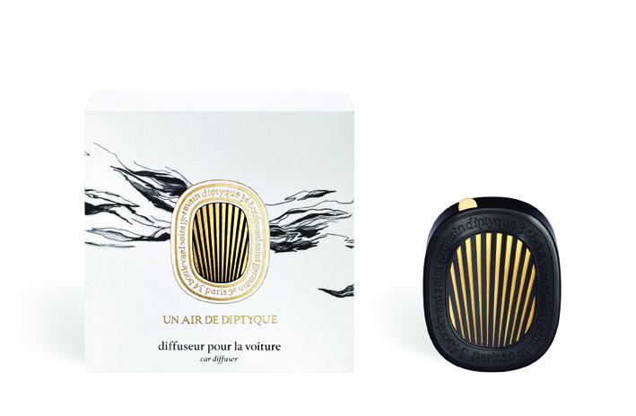 La maison, les jardins… L'air, les armoires, les tiroirs… et désormais les voitures. Profitez de la sept fragrances diptyque encapsulées pour trois mois dans un ovale noir gravé au nom de la Maison Diptique Paris.