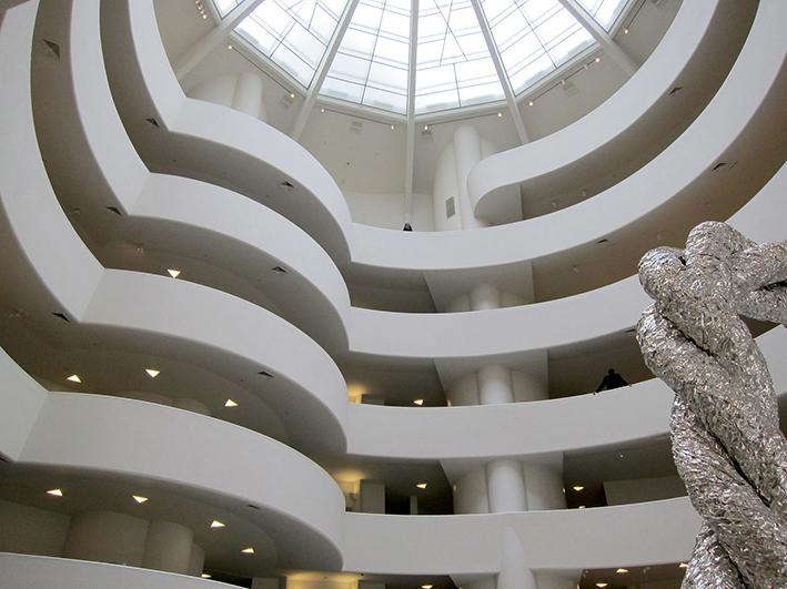 Vue en contre-plongée sur l'impressionnant dôme vitré qui illumine le Musée Solomon R. Guggenheim de New York.