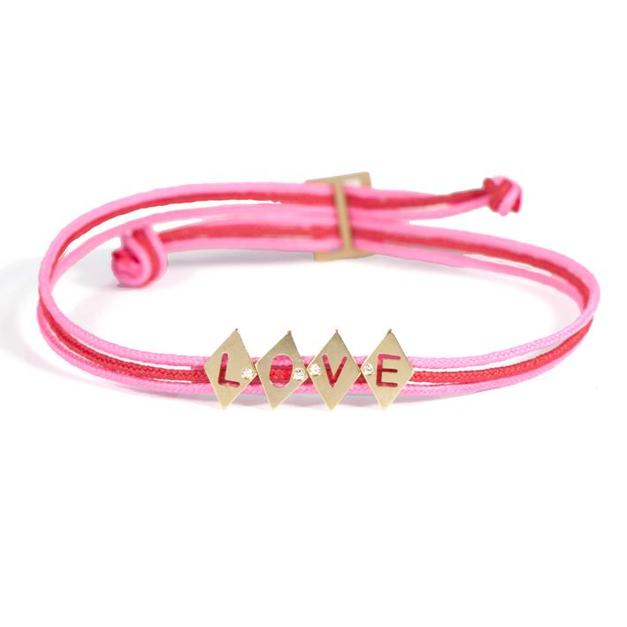 Avec l'Alphabet de AIMÉE.AIMER, on clame son amour ! Pour un bracelet de 5 lettres en or jaune, un cordon de trois fils dans les coloris de votre choix : 235 € et la promesse d'une belle romance.