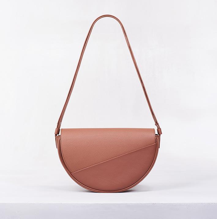 Camille Fournet. Petit sac besace Petit sac besace en veau lisse et taurillon muscade. Bandoulière ajustable en trois longueurs. 1 300 €