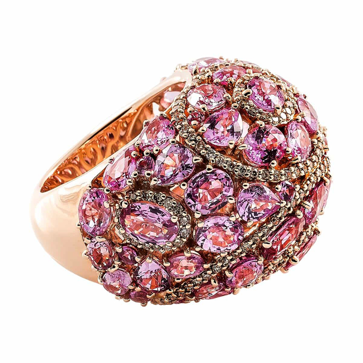 Seda Manoukian Joaillerie. Une boule d'amour précieux, la bague Manouk saphirs roses et diamants champagne est un hymne à l'amour, à la singularité, à l'exception, des belles choses.
