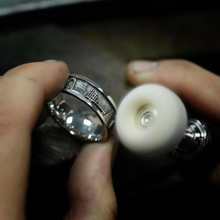 Design Your Ring. L'étape du polissage pour donner tout le lustre à l'anneau et ôter les denrières imperfections..