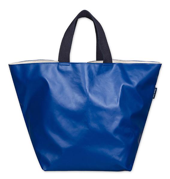 ce sac allie l'authentique jersey pur coton de SAINT JAMES à la bâche recyclée de LILOKAWA. Cette collaboration associe l'héritage du savoir-faire artisanal de SAINT JAMES à la démarche éco-consciente de LILOKAWA.