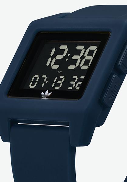 Adidas Watch, modèle ARCHIVE SP1  s'inspire de l'héritage sportif des années 80. Montre digitale en silicone (40 mm). Existe en 4 couleurs. Fonction double fuseau, chronomètre, calendrier et lumière. Etanche à 50 m. 70 €